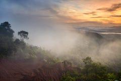 Montagne sotto foschia di mattina nella provincia di Phrae, Tailandia Fotografie Stock Libere da Diritti
