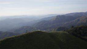 Montagne sotto foschia di mattina a Nern Chang Suek, parco nazionale di Pha Phum della cinghia, provincia di Kanchanaburi, Tailan video d archivio