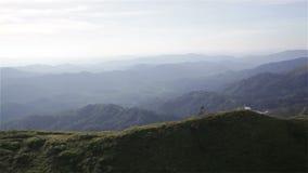 Montagne sotto foschia di mattina a Nern Chang Suek, parco nazionale di Pha Phum della cinghia, provincia di Kanchanaburi, Tailan stock footage