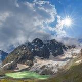 Montagne sotto un sole della scintilla Fotografia Stock Libera da Diritti