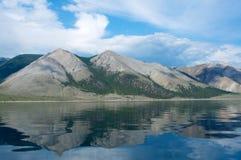 Montagne sul lago Baikal un il chiaro giorno, cielo blu Fotografia Stock