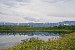 Montagne sulle rive del lago Immagine Stock