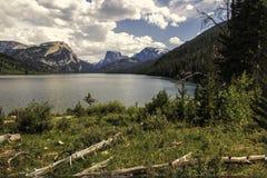 Montagne superiori bianche del quadrato e della roccia sopra i laghi green River fotografia stock libera da diritti