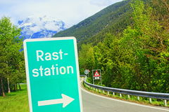 Montagne Svizzera delle alpi del segnale stradale Immagine Stock Libera da Diritti