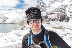 Montagne turistiche che fanno un'escursione, Bolivia della neve del selfie dell'alpinista Fotografie Stock Libere da Diritti