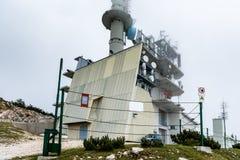 Montagne TV et antenn de tour de télécommunication d'émetteur radioélectrique Photos libres de droits