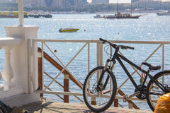 Montagne-vélo sur la plage Photographie stock