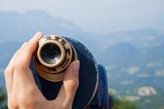 Montagne vedute tramite un cannocchiale Immagine Stock
