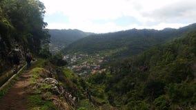 Montagne verdi, cielo blu sopra l'agricoltura del villaggio in Madera Immagini Stock