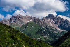 Montagne verdi con cielo blu e le nuvole Fotografia Stock Libera da Diritti