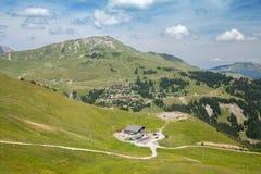Montagne verdi con il piccolo villaggio Fotografia Stock