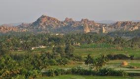 Montagne verdi dei campi, del tempio e del granito in Hampi Fotografie Stock