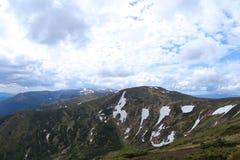 Montagne verdi delle alpi nella stagione estiva con le nuvole nel fondo Fotografia Stock Libera da Diritti
