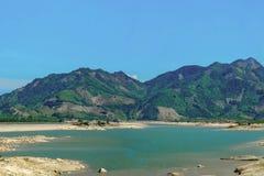Montagne verte et le lac images libres de droits