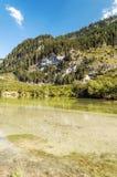 Montagne vicino ad un lago Fotografie Stock