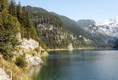 Montagne vicino ad un lago Immagini Stock Libere da Diritti