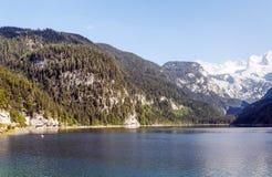 Montagne vicino ad un lago Fotografie Stock Libere da Diritti