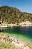 Montagne vicino ad un lago Fotografia Stock