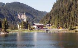Montagne vicino ad un lago Immagini Stock