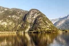 Montagne vicino ad un lago Fotografia Stock Libera da Diritti