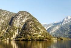 Montagne vicino ad un lago Immagine Stock