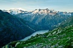 Montagne vicino a Grimselpass nelle montagne svizzere Fotografie Stock Libere da Diritti