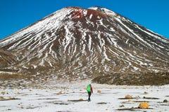 Montagne volcanique active Mt Ngauruhoe et randonneur aventureux de montagne soutiennent la vue avec le sac à dos, croisement de  image libre de droits