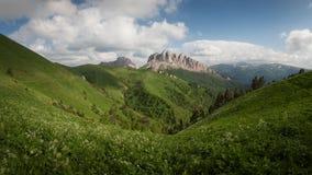 Montagne & x28; Acheshbok& orientale ed occidentale x29; sotto un cielo blu con Fotografia Stock Libera da Diritti