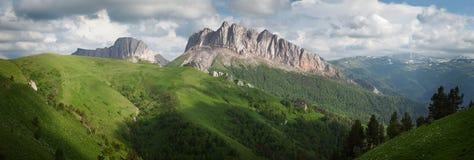 Montagne & x28; Acheshbok& orientale ed occidentale x29; sotto un cielo blu con Fotografie Stock