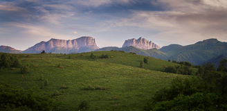 Montagne & x28; Acheshbok& orientale ed occidentale x29; sotto un cielo blu con Immagini Stock