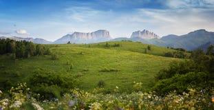 Montagne & x28; Acheshbok& orientale ed occidentale x29; sotto un cielo blu con Immagini Stock Libere da Diritti