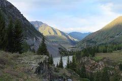 Montagnes à la rivière Photos stock