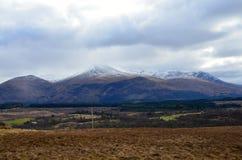 Montagnes écossaises donnant sur la campagne image stock