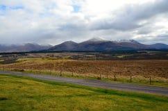 Montagnes écossaises donnant sur la campagne photographie stock