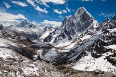 Montagnes Ama Dablam, Cholatse, crête de Tabuche à l'esprit de ciel bleu Images stock