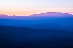 Montagnes au coucher du soleil Photo stock