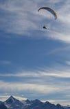 montagnes au-dessus de deltaplane Image stock