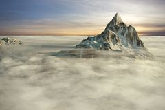 Montagnes au-dessus des nuages Photo stock