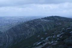 Montagnes autour de elle photo stock