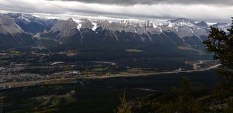 Montagnes avec Canmore photographie stock libre de droits