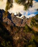 Montagnes avec de la neige au-dessus de elle image stock