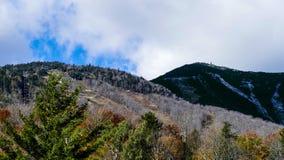 Montagnes avec des enlever de ciel dans la saison photo stock