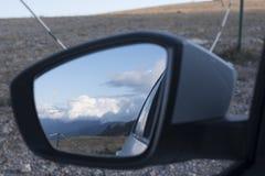 Montagnes avec des nuages par réflexion Photographie stock libre de droits