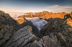 Montagnes avec l'inversion au coucher du soleil photo stock