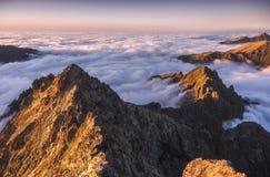 Montagnes avec l'inversion au coucher du soleil photographie stock
