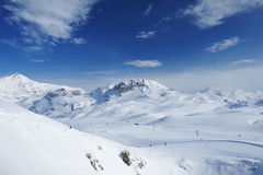 Montagnes avec la neige en hiver Images libres de droits