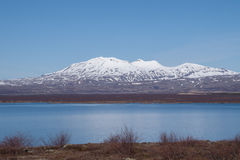 Montagnes avec la neige en parc national de Thingvellir, Islande Image libre de droits