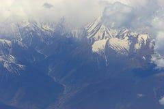 Montagnes avec la neige sur le dessus Image libre de droits