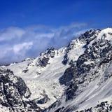 Montagnes avec le glacier dans la neige au jour du soleil d'hiver Photos libres de droits