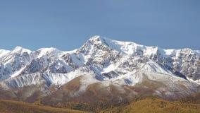Montagnes avec le lac ci-dessous banque de vidéos